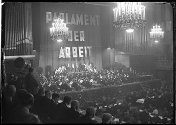 """Das erste """"Parlament der Arbeit"""", der Gründungskongress des Deutschen Gewerkschaftsbunds fand vom 12.-14. Oktober 1949 im Kongresssaal des Deutschen Museums statt."""