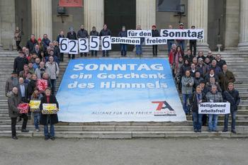 Fotoaktion der Sonntagsallianz auf dem Münchner Königsplatz