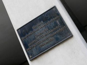 Auf Höhe der Nr. 42 erinnert heute noch eine Plakette an das alte Gewerkschaftshaus.