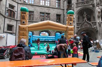 Beim Familienfest am 1. Mai ein Klassiker: Die Hüpfburg im Innenhof des Rathauses