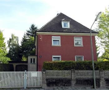 Das Wohnhaus Gustav Schiefers in Harlaching  stand bis 2012. Auf dem Grundstück ist heute eine Kindertagesstätte.