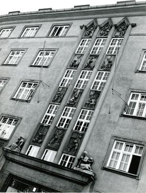 Die Fassade ist heute noch erhalten.