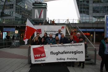 DGB-Vorsitzender Reiner Hoffmann mit Betriebsräten am Flughafen