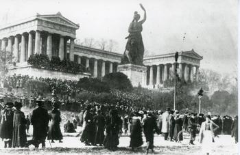 Demonstration am Nachmittag des 7. November 1918 vor der Bavaria.